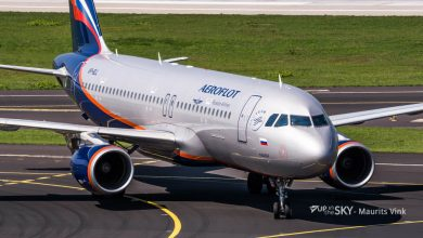 Photo of Charmante Aeroflot-stewardess presenteert safety video