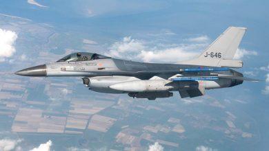 Photo of F-16's begeleiden Boeing 777 met Nederlandse militairen