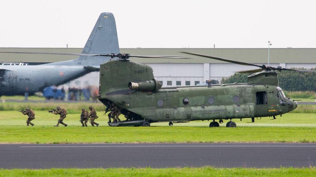 CH-47D Chinook tijdens de 'Air Power Demo' © Leonard van den Broek