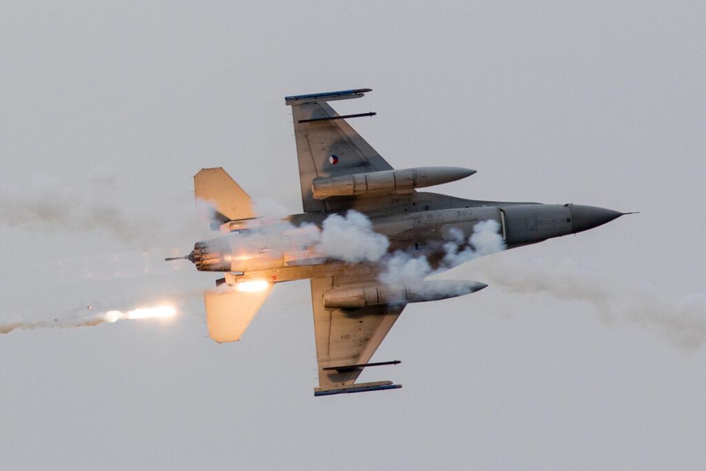 F-16 laat flares los tijdens de 'Air Power Demo' © Leonard van den Broek