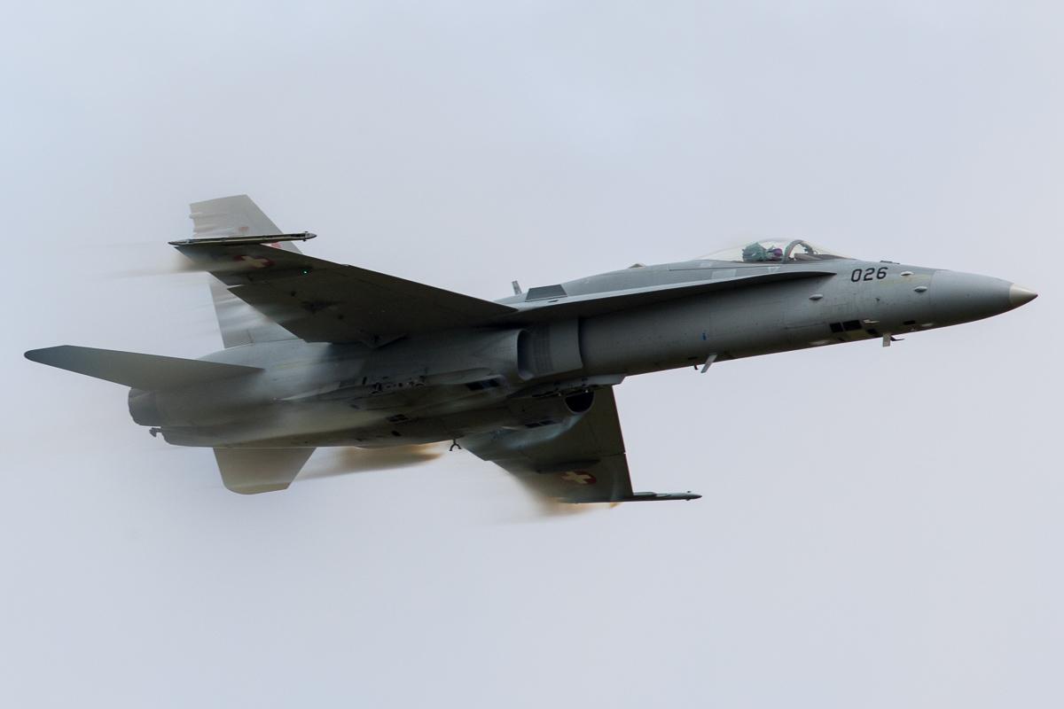 Een F-18 Hornet van de Zwitserse luchtmacht vliegt met hoge snelheid voorbij © Leonard van den Broek