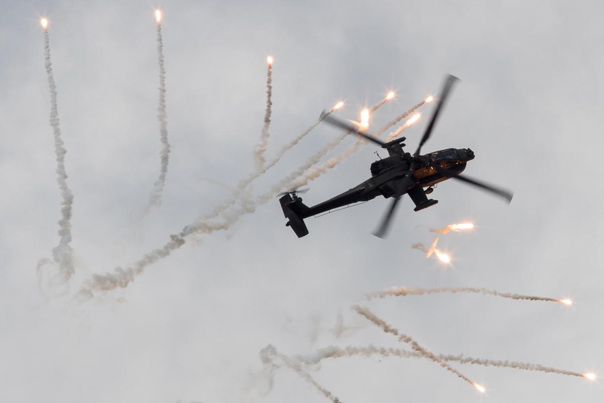 AH-64 Apache van de Koninklijke luchtmacht laat flares los © Leonard van den Broek