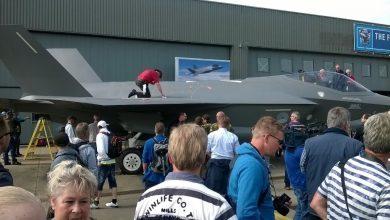 Photo of Vrouw gooit verf tegen showmodel F-35 in Leeuwarden