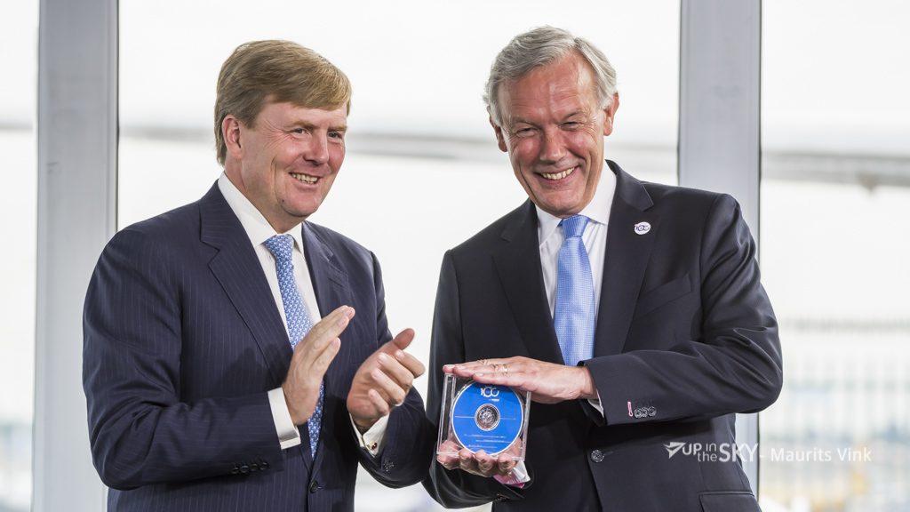 Nijhuis ontvangt symbolisch het digitale archief van koning Willem-Alexander ©Maurits Vink