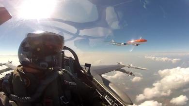 Photo of KLM's oranje 777 vanuit een F-16 – video