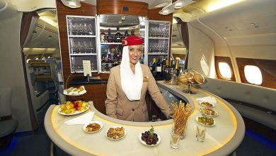 Photo of 'Emirates stewardess giet champagne terug in fles'