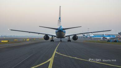Photo of KLM rompdeel breekt af en landt op auto   Foto