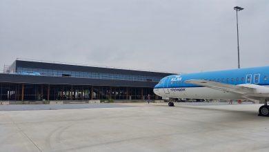 Photo of Eerste vliegtuig aan de gate van nieuwe terminal Lelystad
