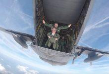Commissaris van de Koning van Noord-Brabant Wim van de Donk maakt De Sprong uit C-130 Hercules - ©Sprong & Zuiderwaterlinie Festival