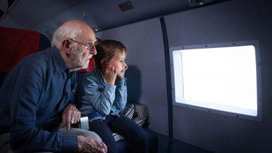 Opa Nol en zijn kleinzoon Jagger genieten van het uitzicht - ©KLM