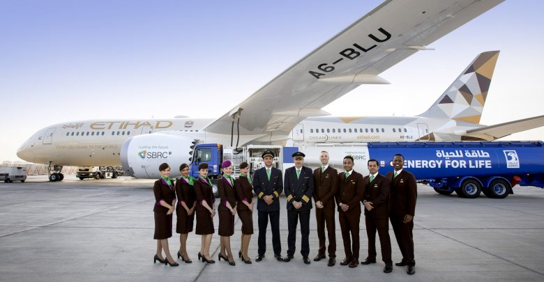 https://www.upinthesky.nl/wp-content/uploads/2019/01/Celebrating-Etihads-biofuel-flight-with-a-Boeing-787-ADNOC-refuelling-bowser-and-pilots-and-cabin-crew-wearing-green-scarves-and-ties-780x405.jpg