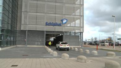 Photo of KLM test inchecken passagier en koffer op de parkeerplaats
