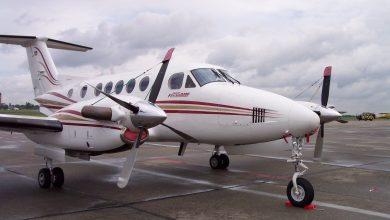 Photo of Tiener steelt vliegtuig en rijdt tegen gebouw aan