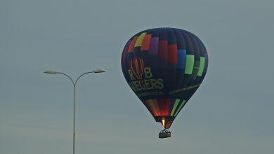 Photo of Luchtballonnen geland op kruispunt en in woonwijk Noord-Brabant
