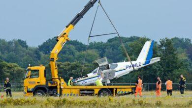 Photo of Lesvliegtuig van KLS door landingsgestel gezakt
