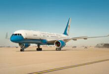 Photo of Air Force Two raakt vogel bij de start | Video